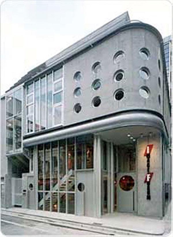 渋谷駅から青山方向に徒歩8分。渋谷の喧騒から少し離れたアダルトでファッショナブルな街角。演劇スペース、大学、大型書店、多目的な文化施設、アート&ファッション・ギャラリー、デザイン・オフィスなどが多く点在する新しいカルチャー・エリアに2000年9月新しい映画館が誕生しました。